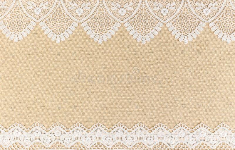 Burlap σύσταση με την άσπρη δαντέλλα στο ξύλινο σχέδιο επιτραπέζιου υποβάθρου στοκ εικόνα με δικαίωμα ελεύθερης χρήσης
