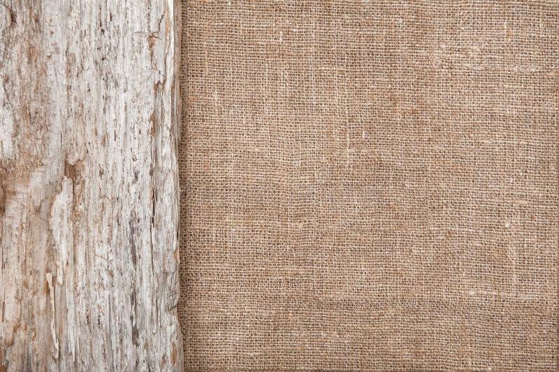 Burlap υπόβαθρο που οριοθετείται από το παλαιό ξύλο στοκ εικόνες με δικαίωμα ελεύθερης χρήσης