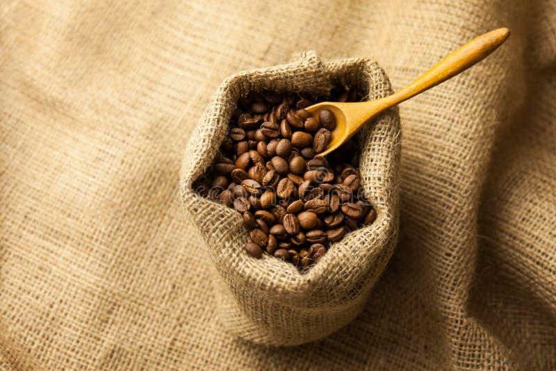 Burlap hessian sacco di chicchi di caffè torrefatto immagini stock