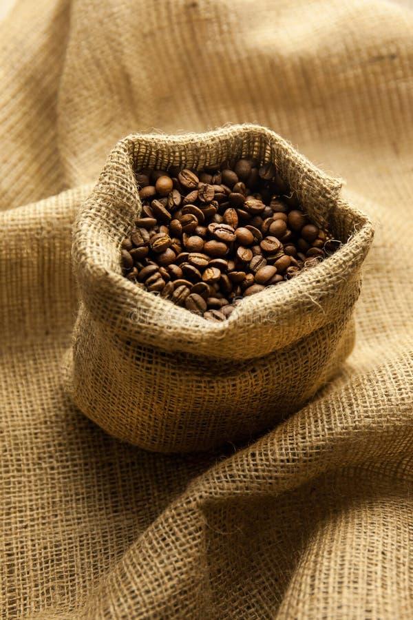 Burlap hessian sacco di chicchi di caffè torrefatto fotografia stock