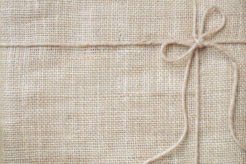 Burlap tła krawat z nieociosaną burlap dratwą, naturalny produkt zdjęcie royalty free