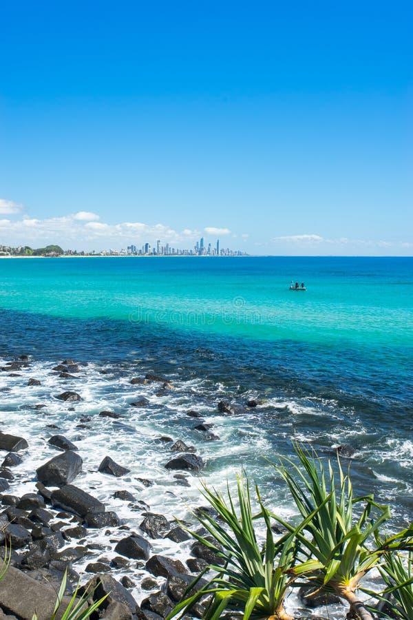 Burleigh geht an einem vollen Tag voran, der in Richtung des Surfer-Paradieses auf dem Gold Coast blickt stockbilder