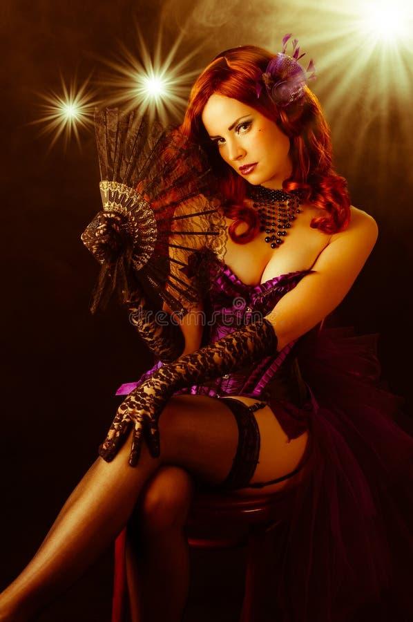Burlesk showgirl för härligt barn på etapp arkivfoto