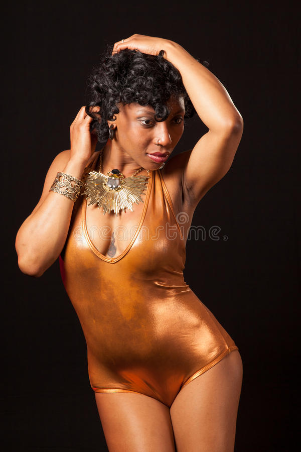 Burlesque Tänzer im Goldtrikotanzug stockbilder
