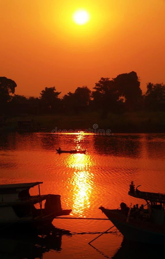 burma disig irrawaddy flodsolnedgång arkivbilder
