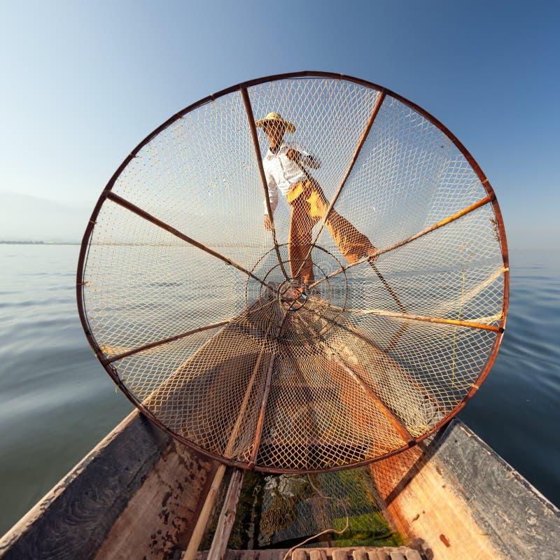 BurmaMyanmar Inle fiskare för sjö på fartyget som fångar fisken arkivfoton