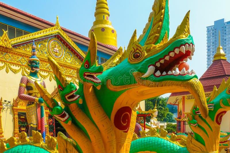 Burmese förmyndaregudskulptur kallade Yaksha och draken i knopp royaltyfri fotografi
