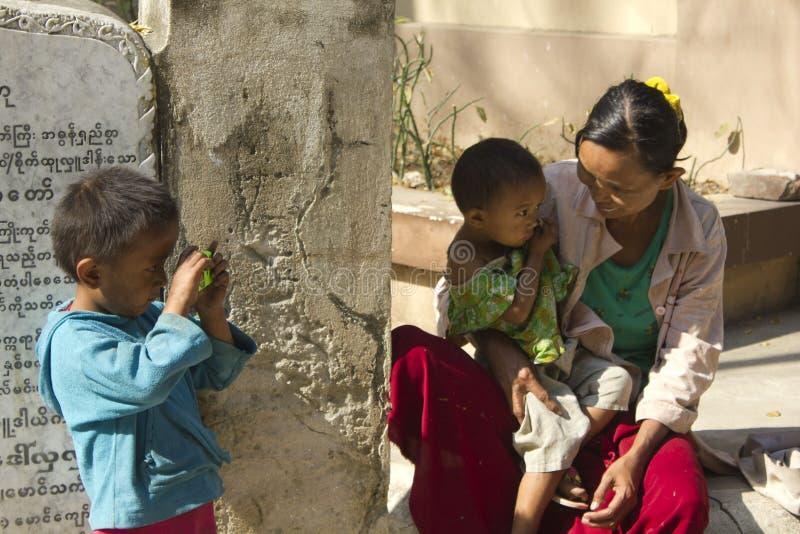 Burmese familj mother sonen royaltyfria foton