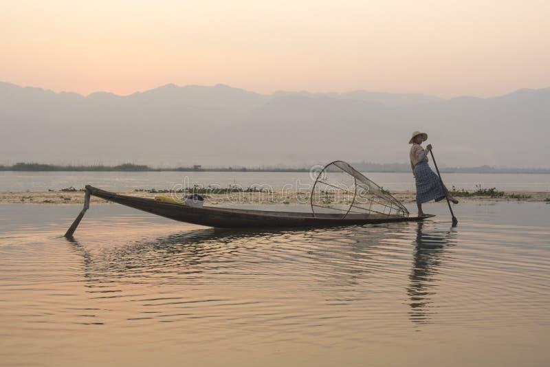 Burmese fiskare i Inle sjön, Burma royaltyfri bild