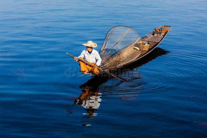 Burmese fiskare på Inle sjön, Myanmar royaltyfri bild