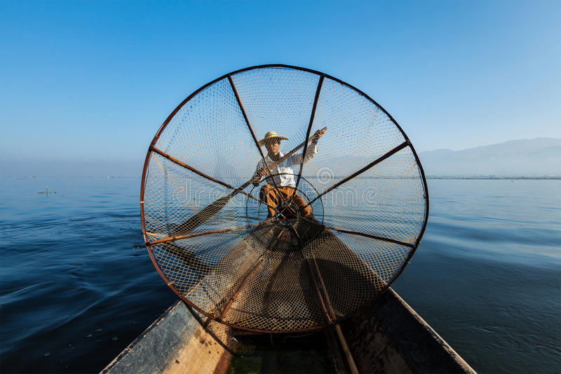 Burmese fiskare på Inle sjön, Myanmar royaltyfri fotografi