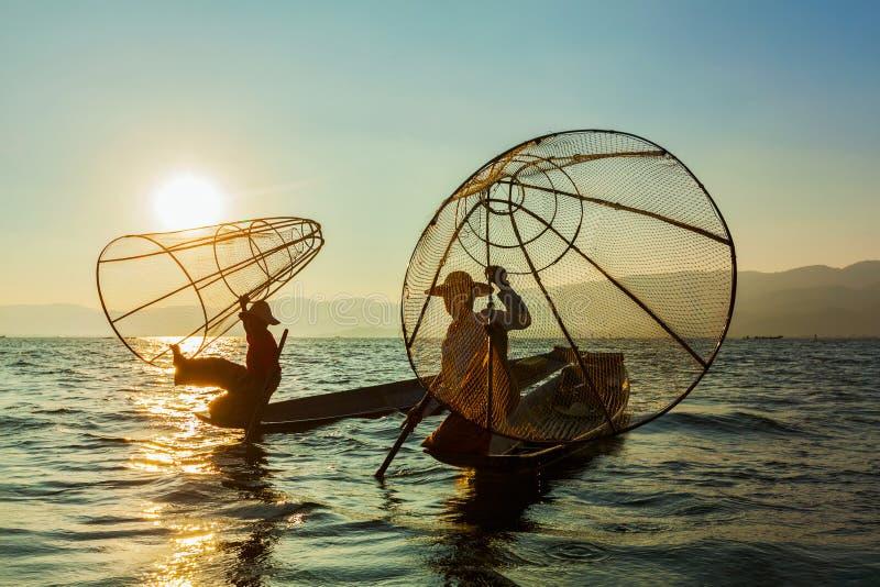 Burmese fiskare på Inle sjön, Myanmar royaltyfria bilder