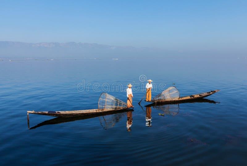 Burmese fiskare på Inle sjön, Myanmar royaltyfria foton