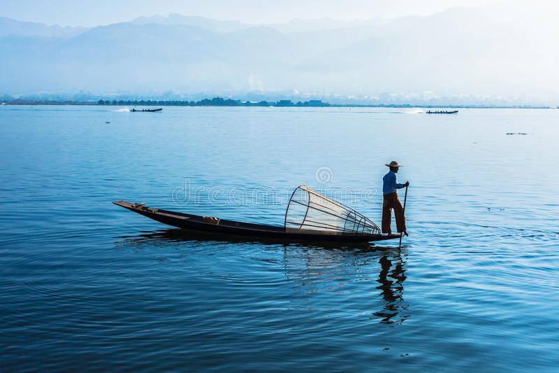 Burmese fiskare på Inle sjön, Myanmar royaltyfri foto