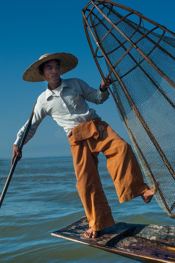 Burmese fiskare som fångar fisken i traditionell väg inlelake myanmar royaltyfria foton