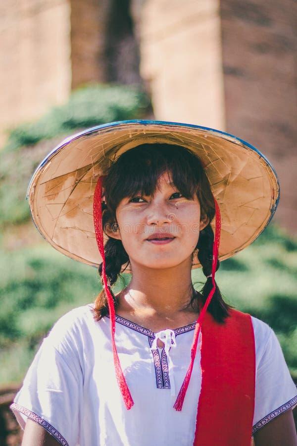 Burmese flicka med traditionell thanaka på hennes framsida royaltyfri fotografi