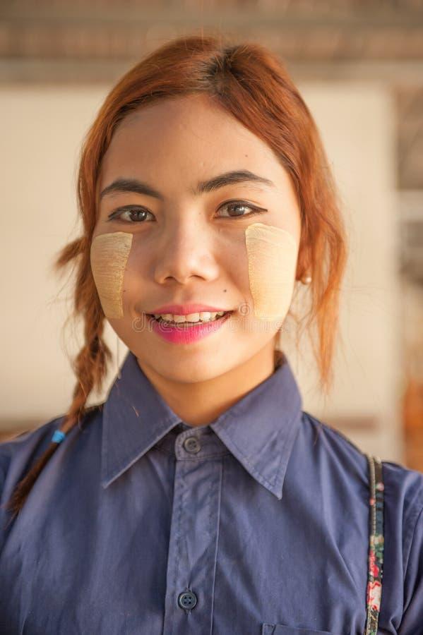 Burmese flickaförsäljare med en thanaka på hennes framsida royaltyfri foto