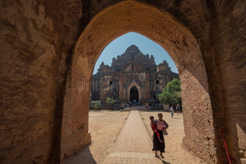 Burmese fostrar med barnet i Bagan royaltyfri bild
