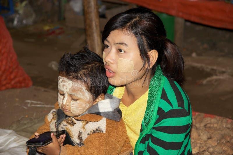 Burmese fostrar och barnet, Myanmar royaltyfri bild