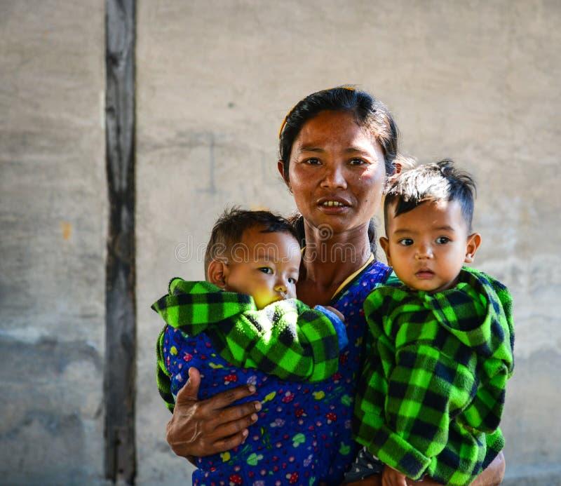 Burmese kvinna med två pojkar på bygd royaltyfri bild