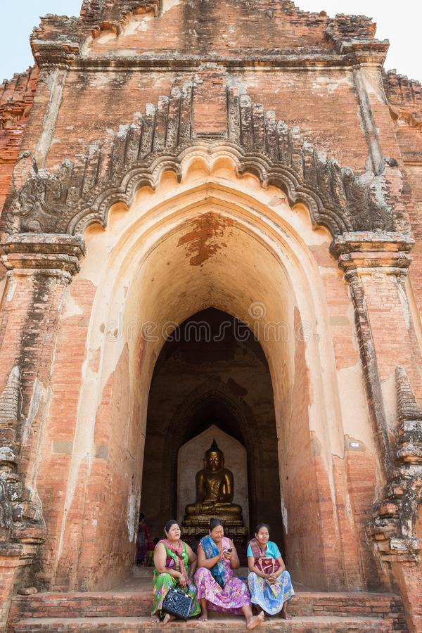 Burmese kvinnor på den Dhammayangyi templet arkivbild