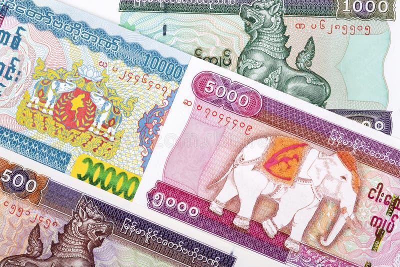 Burmese Kyat en bakgrund royaltyfri foto