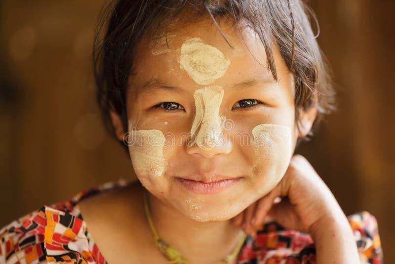 Burmese liten flickastående arkivfoto