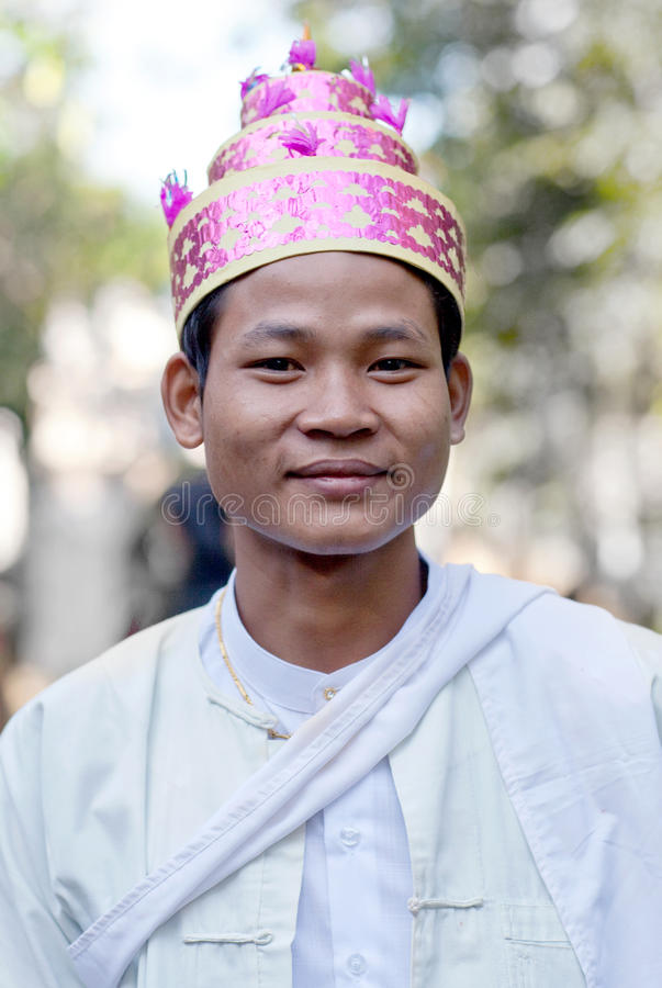 Burmese man i traditionell kläder arkivbild