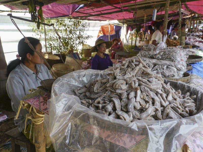Burmese sötsak till salu torkade bananer fotografering för bildbyråer