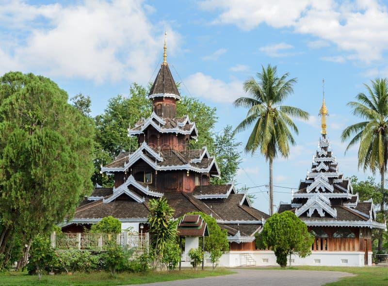 Burmese trätempel i Mae Hong Son, Thailand arkivbilder