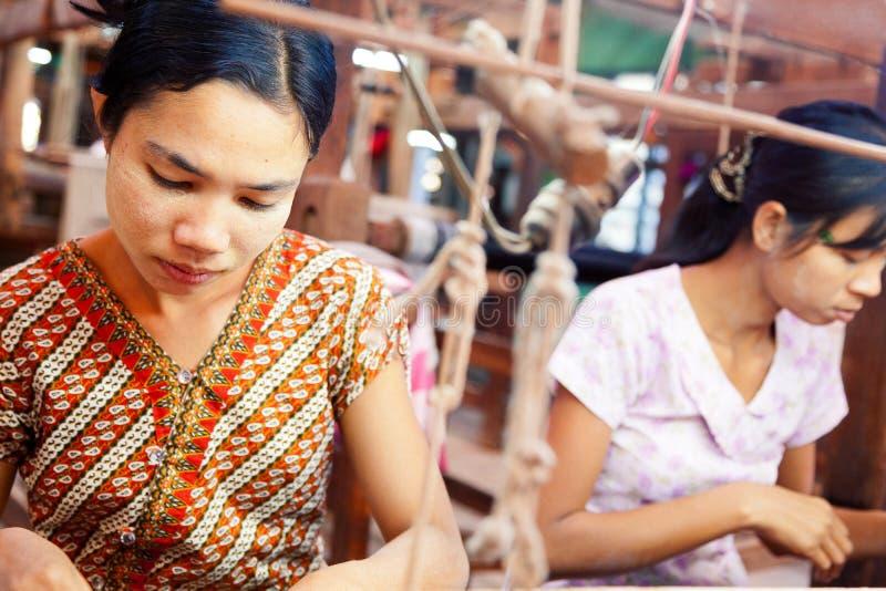 Burmese väva fotografering för bildbyråer