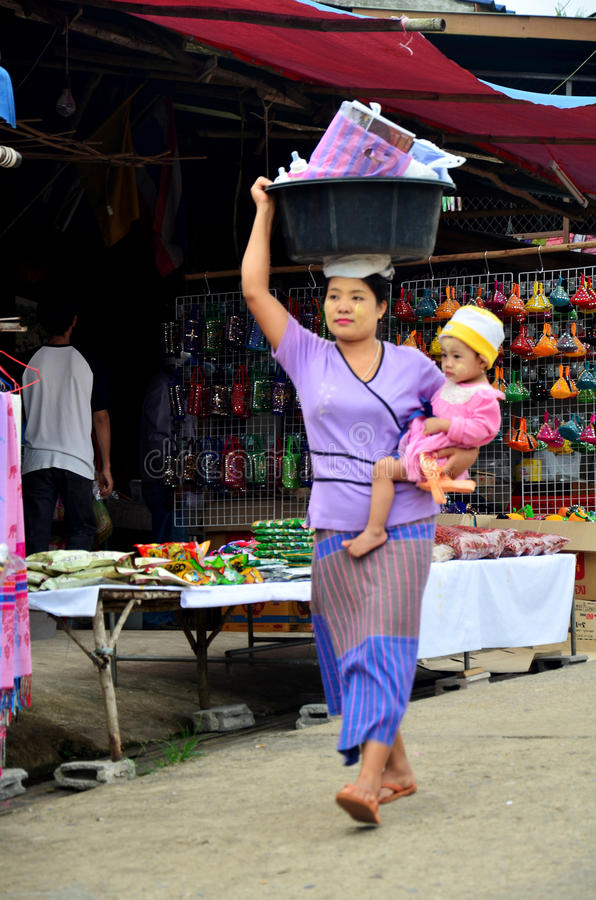 Burmesemoderhåll behandla som ett barn och den bärande handfatplasten- på hennes H arkivfoto