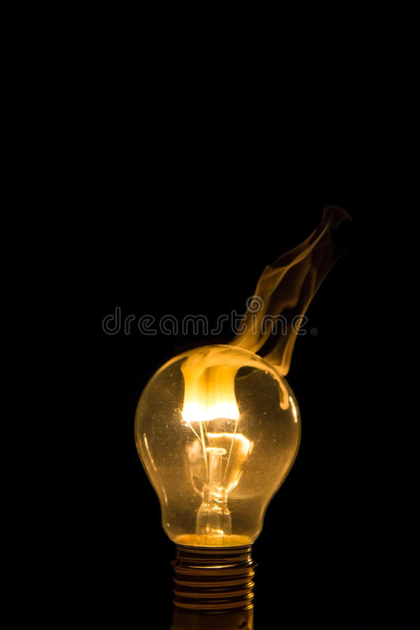Burn-out cassé d'ampoule avec la flamme photographie stock libre de droits