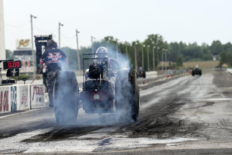 Burn-out de voiture à moteur gonflé image stock