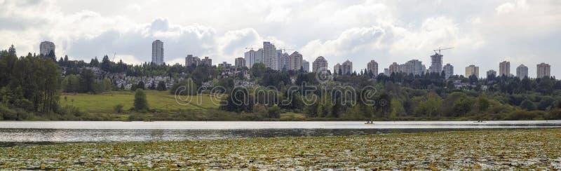 Burnaby горизонт города ДО РОЖДЕСТВА ХРИСТОВА от озера олен стоковая фотография