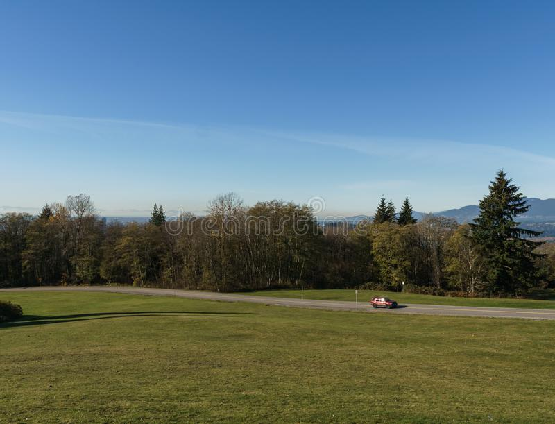 BURNABY, CANADÁ - 17 DE NOVIEMBRE DE 2018: Parque de la montaña de Burnaby en día soleado del otoño foto de archivo libre de regalías