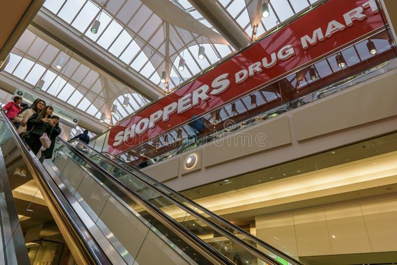 Burnaby, CANAD? - 21 de septiembre de 2018: vista interior de la metr?poli en el centro comercial de Metrotown fotos de archivo