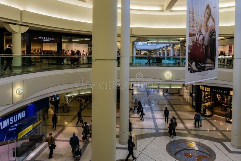 Burnaby, CANAD? - 20 de septiembre de 2018: vista interior de la metr?poli en el centro comercial de Metrotown imagen de archivo