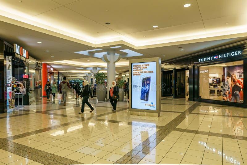 Burnaby, CANAD? - 20 de setembro de 2018: vista interior da metr?pole no shopping de Metrotown imagens de stock