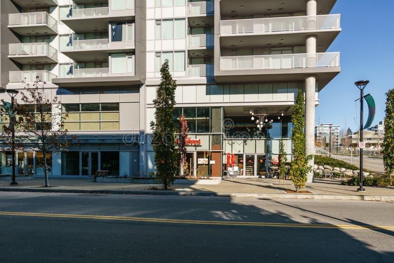 BURNABY, CANADA - NOVEMBER 17, 2019: flatgebouwen en straatmening op zonnige de herfstdag in Brits Colombia royalty-vrije stock fotografie