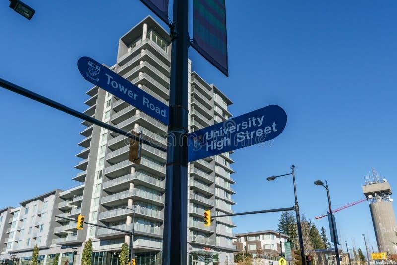 BURNABY, CANADA - 17 NOVEMBRE 2019: vista delle costruzioni e della via di appartamento il giorno soleggiato di autunno in Columb fotografia stock