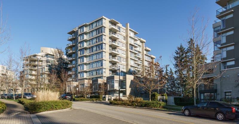 BURNABY, CANADA - 17 NOVEMBRE 2019: vista delle costruzioni e della via di appartamento il giorno soleggiato di autunno in Columb immagine stock