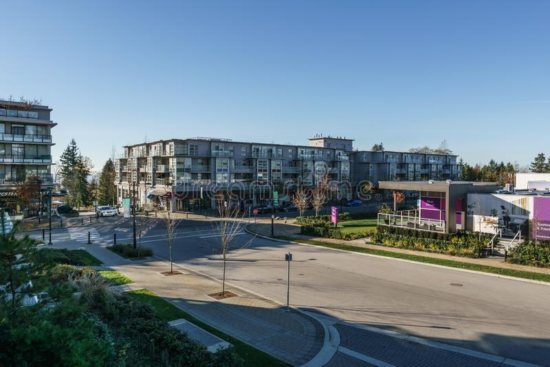 BURNABY, CANADA - 17 NOVEMBRE 2019: vista delle costruzioni e della via di appartamento il giorno soleggiato di autunno in Columb fotografie stock libere da diritti
