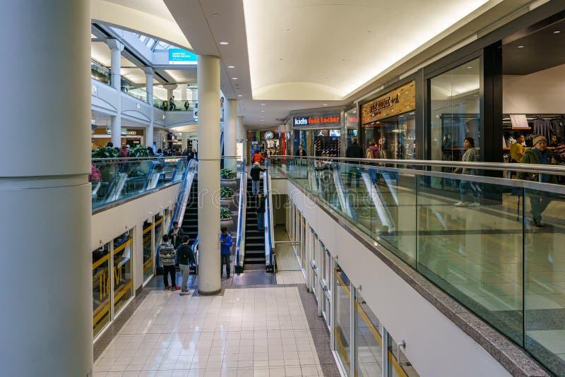 Burnaby, CANADA - 20 settembre 2018: vista interna della metropoli al centro commerciale di Metrotown fotografia stock libera da diritti