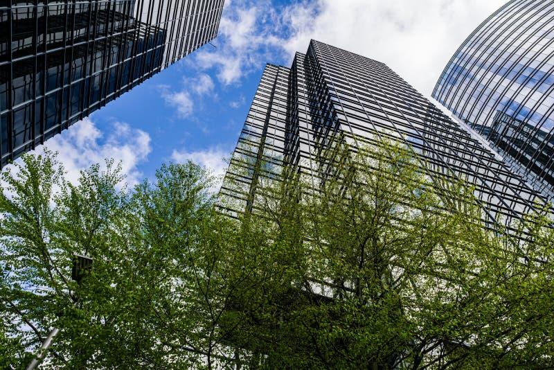 BURNABY KANADA, KWIECIEŃ, - 3, 2019: biznesowi offcie drapacz chmur metropolia przy Metrotown obrazy stock