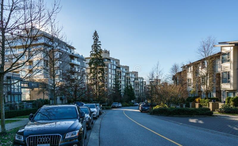 BURNABY KANADA - NOVEMBER 17, 2019: hyreshusar och gatasikt p? solig h?stdag i British Columbia fotografering för bildbyråer