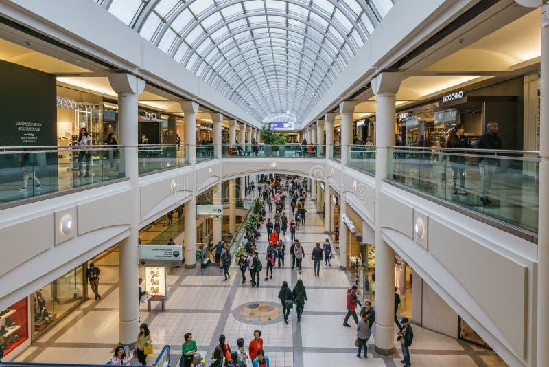 Burnaby KANADA - September 20, 2018: inre sikt av metropolisen p? den Metrotown shoppinggallerian arkivfoto