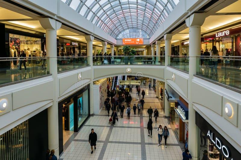 Burnaby KANADA - September 20, 2018: inre sikt av metropolisen p? den Metrotown shoppinggallerian royaltyfri bild