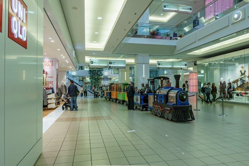 Burnaby KANADA - September 21, 2018: inre sikt av metropolisen p? den Metrotown shoppinggallerian arkivfoton