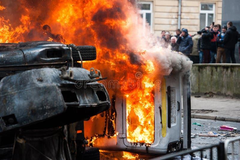 burning bil bilen förstörde och uppsättningen på brand under tumulterna Centrum arkivbild